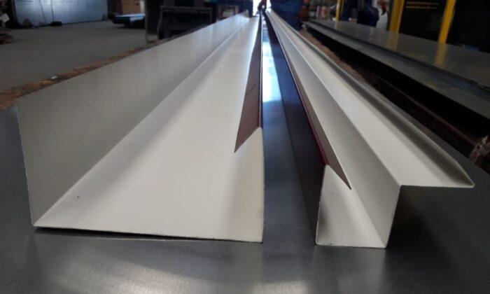 Cómo montar un sistema de canalización pluvial en una cubierta de cristal